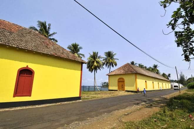 """Tvær af byggingum batna frá Agua Izé, á veginum """"Sul"""" í Sao Tomé"""