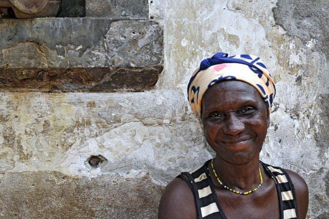 A simpatia são-tomense bem patente no sorriso tímido de uma moradora da Água Izé à porta de sua casa