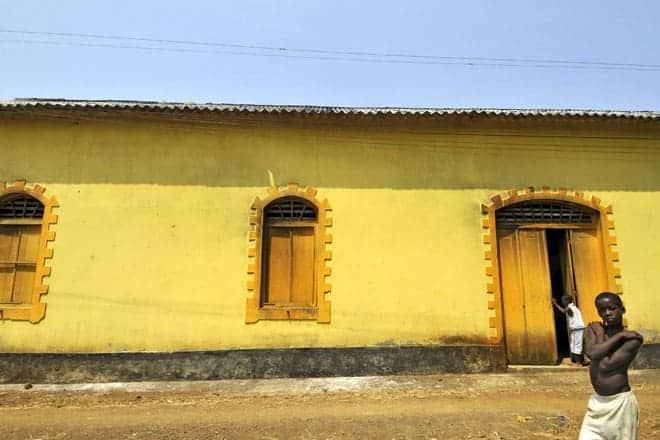 Inni í þessari byggingu er relic, lestin sem einu sinni flutti kakóið í sveitinni, São Tomé