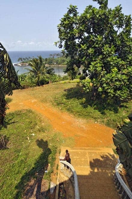 Um homem observa a paisagem do fundo da escadaria principal do antigo hospital da Água Izé