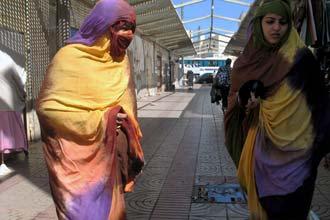 Jovens sarauís no mercado de Dakhla