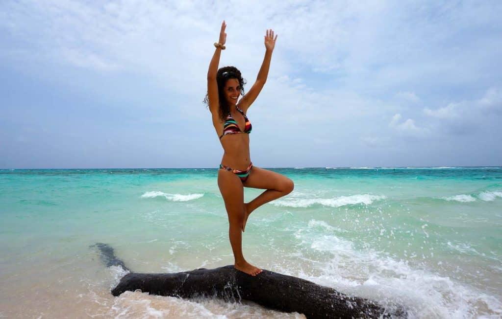 Sara numa praia das Ilhas Caimão