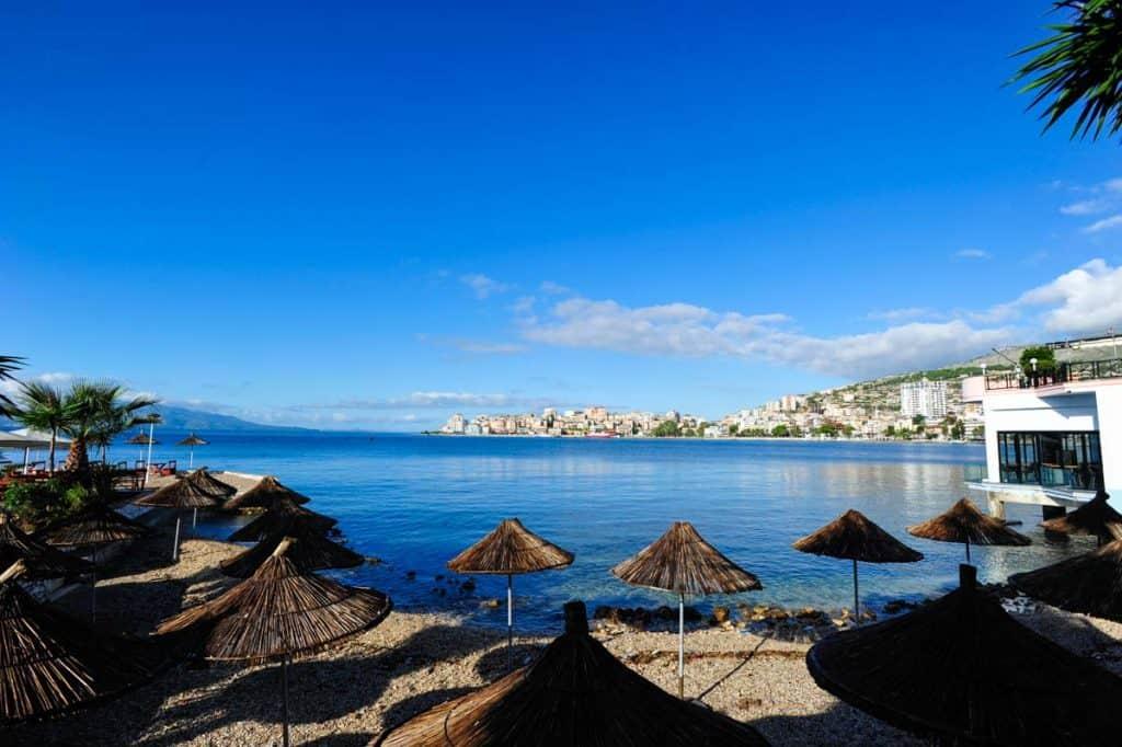 Praia em Saranda, Albânia