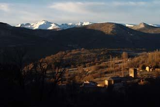 Aldeia de Navalperal de Tormes, com a Serra de Gredos por trás