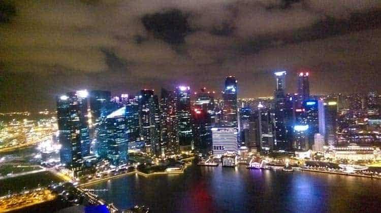 Vista noturna de Singapura