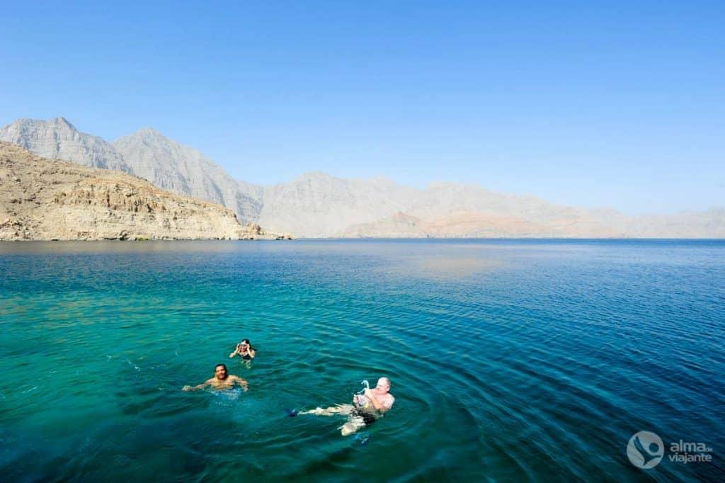 Turistas snorkelling Khasab