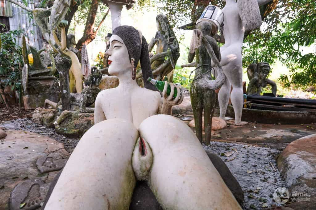 Estátua com vagina explícita