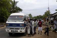 Cenário na estrada Colombo - Galle: gente implorando comida e água aos carros que passavam