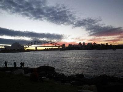 Sydney Opera House e Harbour Bridge ao anoitecer