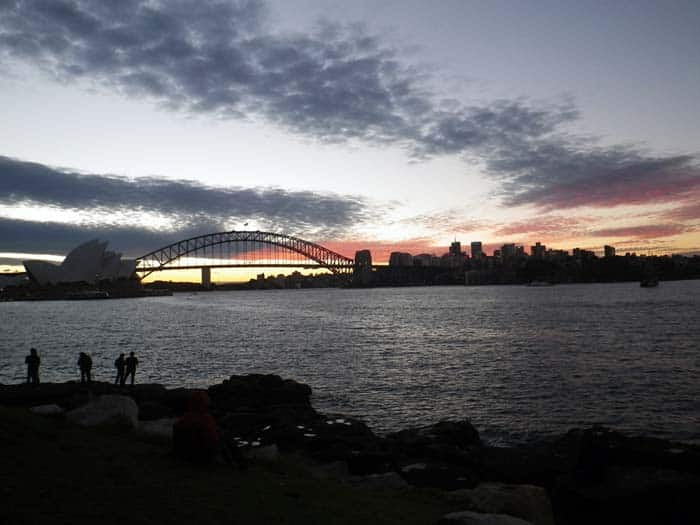 Sydney Opera House e Harbour Bridge ao anoitecer