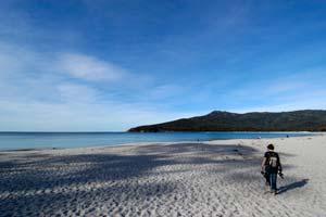 Uma turista numa praia quase deserta da Tasmânia