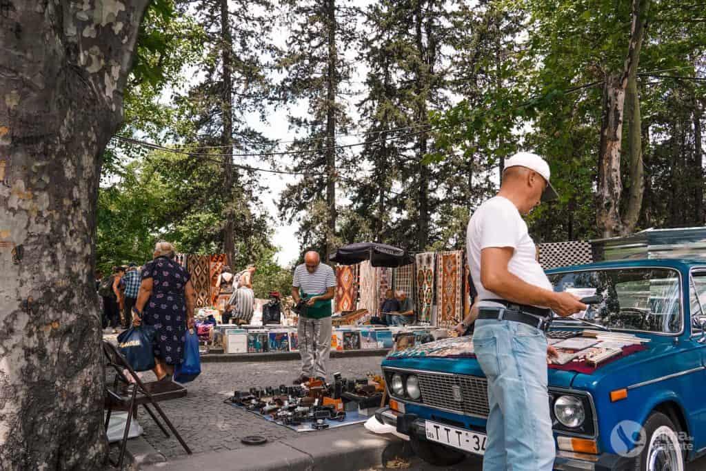 Fazer compras na Dry Bridge Market, Tbilisi