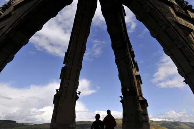 No topo do imponente Monumento Wallace, construído em Stirling, a terra natal de Sir William Wallace