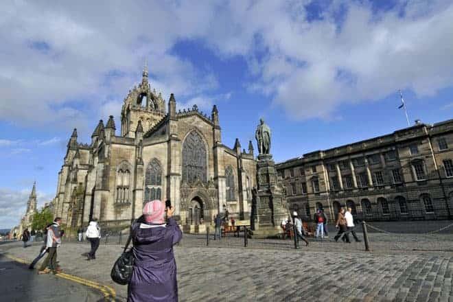 Royal Mile, nome turístico da principal rua do centro histórico de Edimburgo