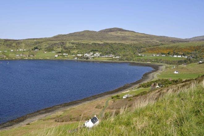 Baías e paisagens verdejantes na ilha Skye
