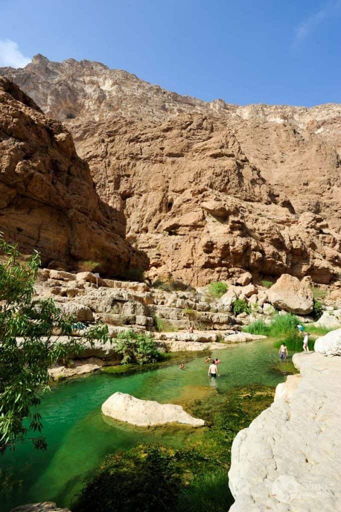 Maudymasis natūraliuose Wadi Shab baseinuose