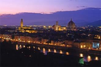 A beleza nocturna de Florença reflectida nas águas do Arno, Toscana, Itália