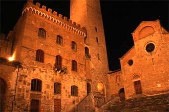 Vista nocturna do centro medieval de San Gimignano, Toscana