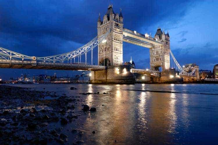 Vista noturna da Tower Bridge, Londres