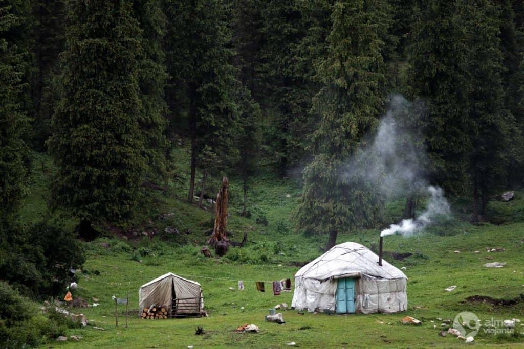 Yurts dos pastores nómadas das Tien Shan