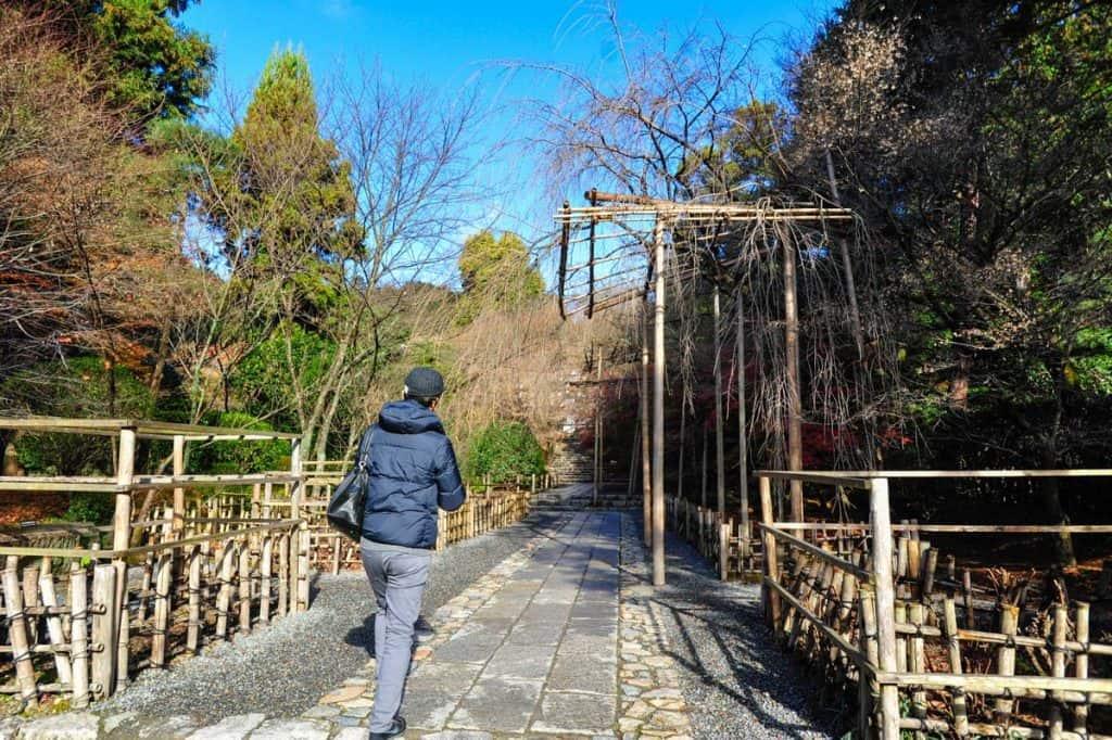 Turista a visitar o Templo Ryoan-ji