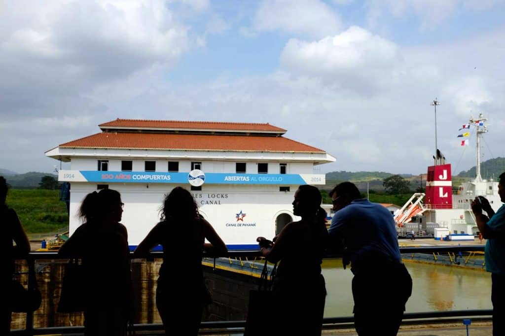 Turistas visitando o Canal do Panamá na eclusa de Miraflores