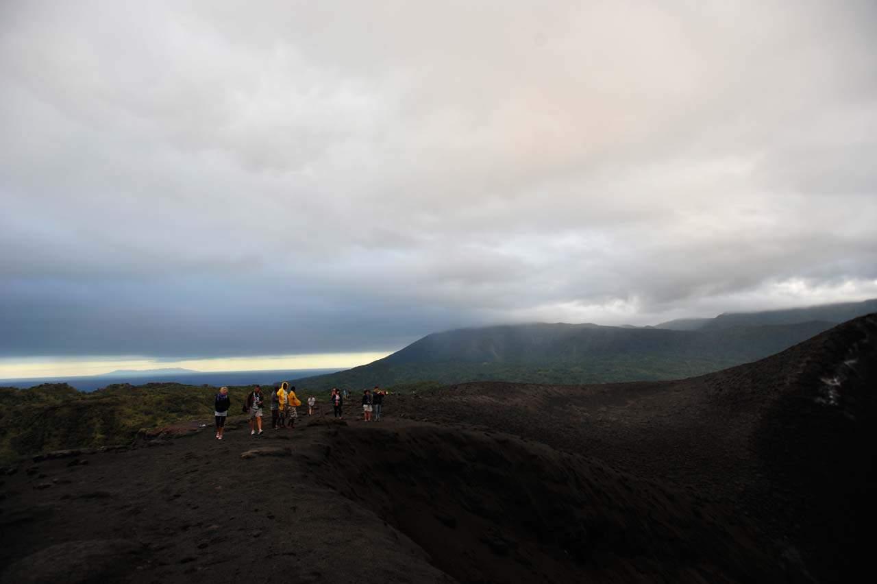 Turisti in cima al vulcano Yasur, Tanna