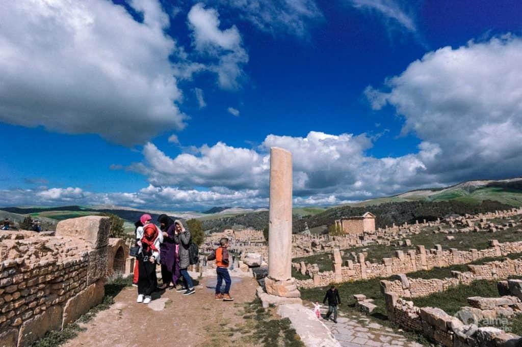 Turistas em Djémila