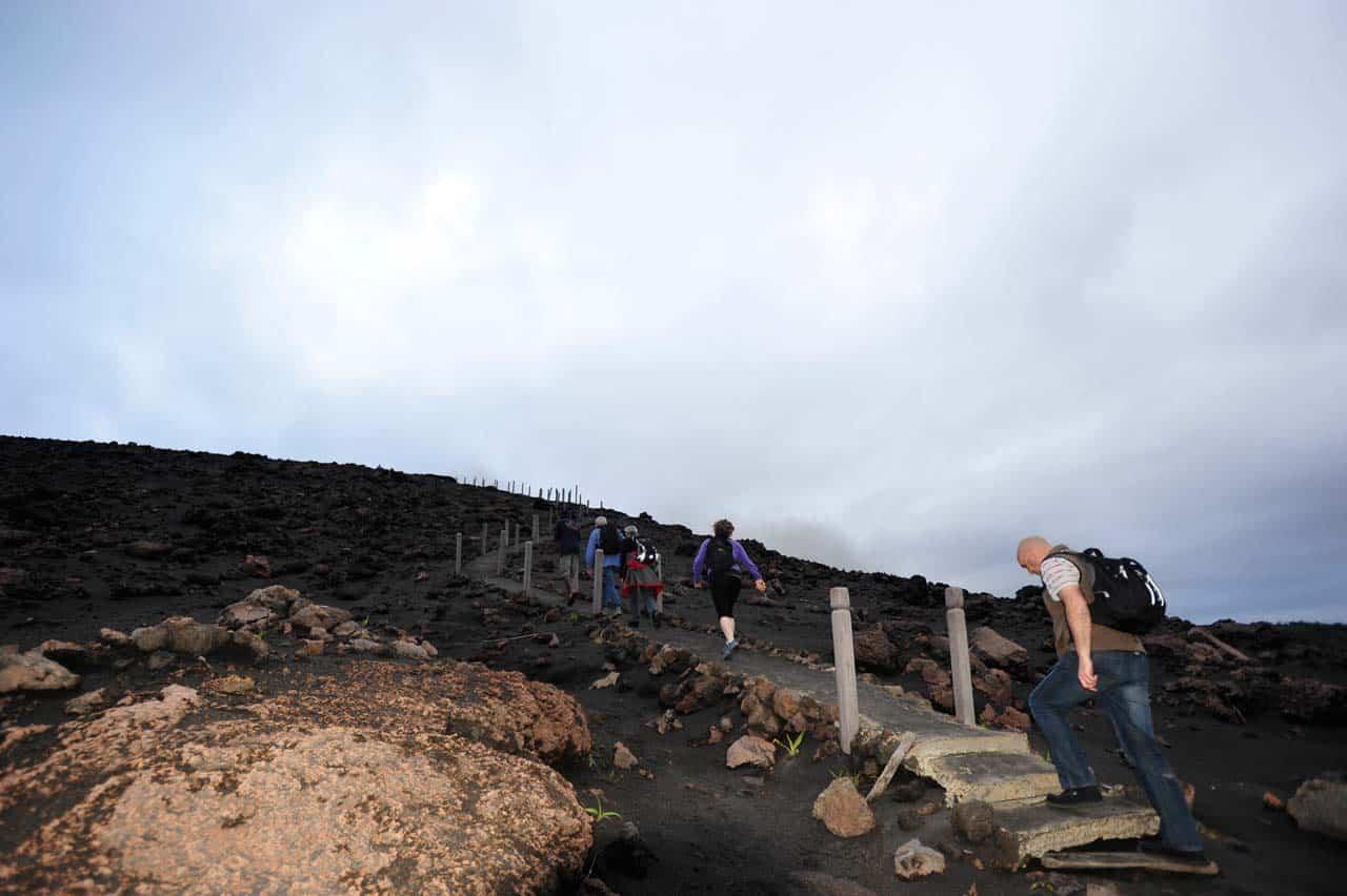 Turisti na ceste k kráteru sopky, Vanuatu