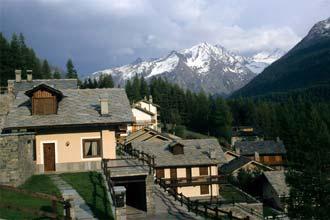 Viagem ao vale Aosta: Vista de Courmayeur sobre os Alpes, Itália