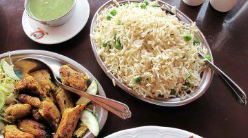 Espetadas vegetarianas e arroz biryani num restaurante caro junto ao forte de Bikaner, Índia