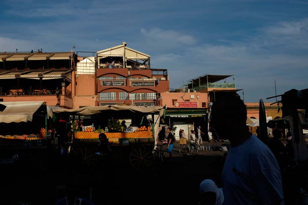 Vendedores de sumo de laranja na praça Djemaa el-Fna
