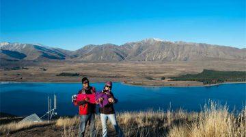 Foto de famíllia no lago Tekapo, Nova Zelândia, durante uma viagem a três