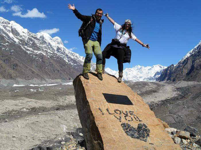 Carla y el Rui durante un trekking en el glaciar Inylshek, Kirguistán