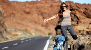 Kvinna med hitchhiking - resande lättare