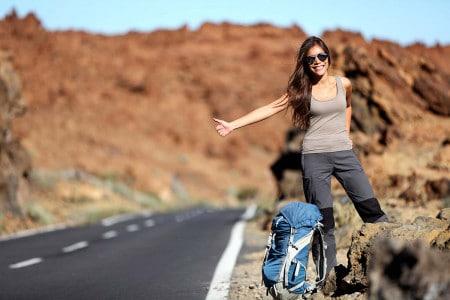 Mulher à boleia - viajar mais leve