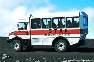 Carrinha com turistas de visita ao vulcão Etna, Itália