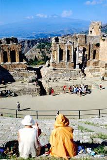 Teatro greco-romano de Taormina, na Sicília, com o cone do vulcão Etna ao fundo, Itália