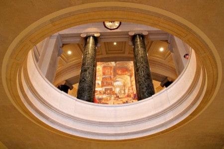 Uma criança espreita o piso inferior do National Gallery of Art, Washington