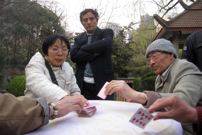 Jogando às cartas num parque de Xangai