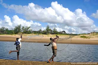 Рибари на плажи Зонгоене, Мозамбик