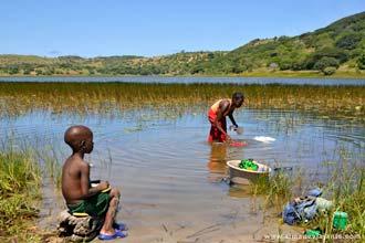Прање веша у језеру близу плаже Зонгоене