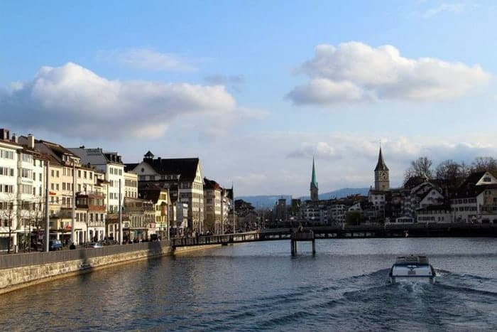 Vista de Zurique a partir de uma das ponte do rio Limmattal
