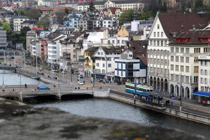 Casario de Zurique nas margens do rio Limmattal